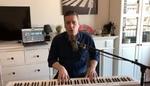 Maradj otthon – Pély Barna megható dalt írt!